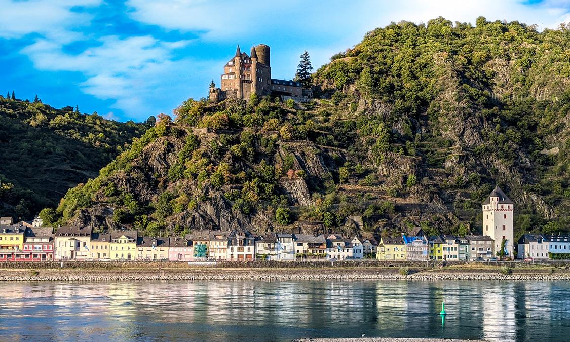Blick von St. Goar aus, über den Rhein, auf Burg Katz in der Ferienregion Mittelrhein
